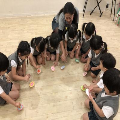 コマ回しをしました〜☆《大阪市中央区、長堀橋、心斎橋にある保育園》