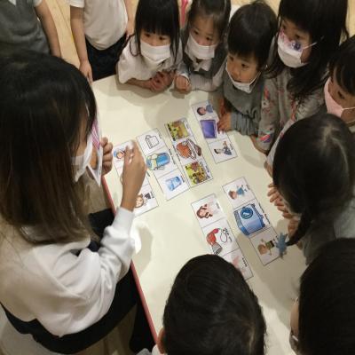 月曜日のカリキュラムは英語です!《大阪市中央区心斎橋、長堀橋にある学べる保育園HUGキッズ》