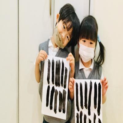 水曜日のカリキュラムは「習字」です。《大阪市中央区心斎橋、長堀橋にある学べる保育園HUGキッズ》