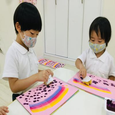 火曜日カリキュラムは絵画です!《大阪市中央区心斎橋、長堀橋にある学べる保育園HUGキッズ》