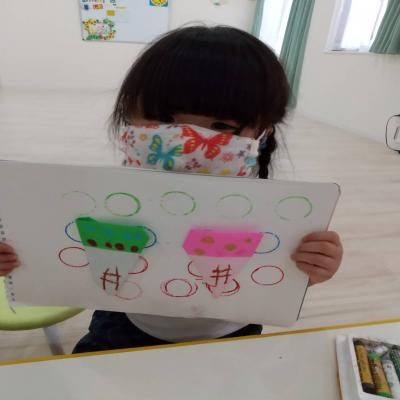 水曜日のカリキュラムは絵画です《大阪市中央区、長堀橋、心斎橋にある保育園》