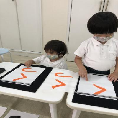 水曜日のカリキュラムは書道です!《大阪市中央区心斎橋、長堀橋にある学べる保育園HUGキッズ》