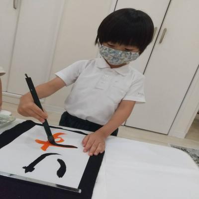 水曜日のカリキュラムは絵画、書道です!《大阪市中央区心斎橋、長堀橋にある学べる保育園HUGキッズ》