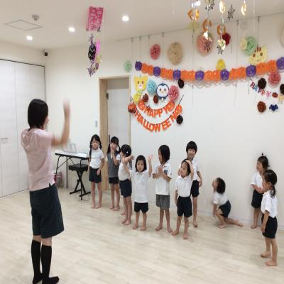 木曜日のカリキュラムは、リトミックです!《大阪市中央区、心斎橋、長堀橋にある学べる保育園》