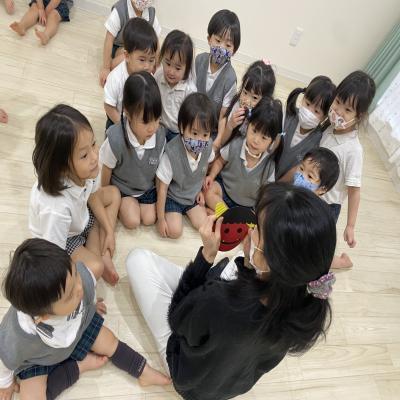 木曜日のカリキュラムはリトミックです!《大阪市中央区心斎橋、長堀橋にある学べる保育園HUGキッズ》