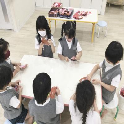 火曜日のカリキュラムはクラフトです。《大阪市中央区、長堀橋、心斎橋にある学べる保育園》