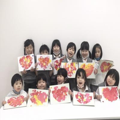 水曜日のカリキュラムは絵画です。《大阪市中央区、長堀橋、心斎橋にある学べる保育園》