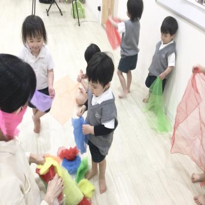 木曜日のカリキュラムはリトミックです!《大阪市中央区、長堀橋、心斎橋にある学べる保育園》