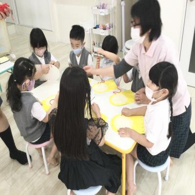 火曜日のカリキュラムはクラフトです。《大阪市中央区長堀橋、心斎橋にある学べる保育園》