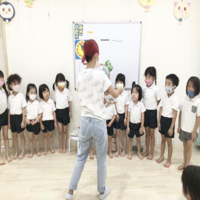 月曜日のカリキュラムは英語です。《大阪市中央区長堀橋、心斎橋にある学べる保育園》