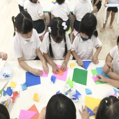 火曜日カリキュラムはクラフトです!《大阪市中央区心斎橋、長堀橋にある学べる保育園HUGキッズ