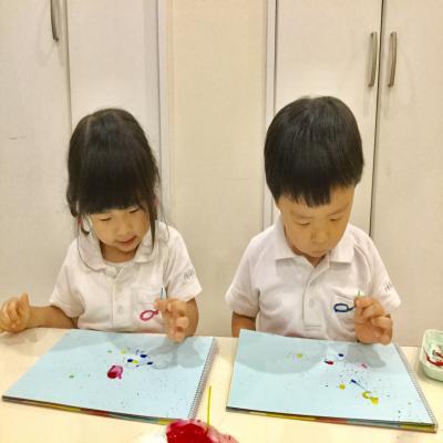 シャボン玉技法を使った絵画をしました!《大阪市中央区心斎橋、長堀橋にある保育園》